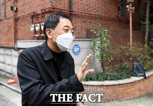 지난 21일 금 전 의원이 용산구 한남동 본인 사무실 앞에서 취재진의 질문에 대답하는 모습. /임세준 기자