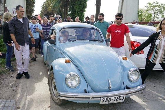 무히카의 트레이드 마크인 하늘색 1987년식 폴크스바겐 비틀. 무히카는 대통령이 된 뒤에도 이 낡은 자동차를 직접 몰고 출퇴근했다. [AP=연합뉴스]