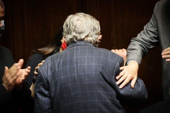20일(현지시간) 우루과이 의회에서 정계 은퇴선언을 한 뒤 자리를 떠나는 호세 무히카 전 우루과이 대통령의 뒷모습. 무히카는 고령에 코로나19까지 덮쳐 정치 활동에 제약이 따른다며 정계 은퇴를 결정했다. [EPA=연합뉴스]