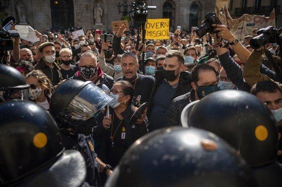 스페인 바르셀로나에서 이동 제한 조치에 항의하는 사람들. [AP=연합뉴스]