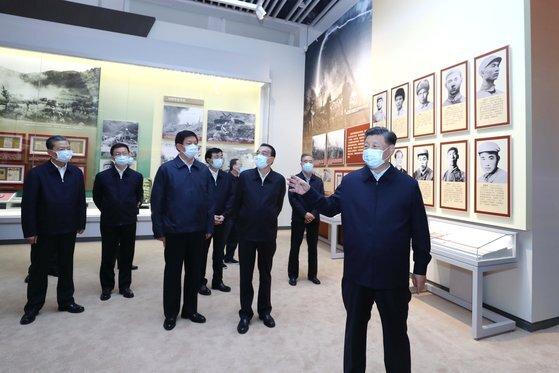 """시진핑(오른쪽) 중국 국가주석이 20일 베이징 중국인민혁명군사박물관에서 개막한 한국전 참전 70주년 전람회에 참석했다. 그는 '70년전 영웅적인 중국인민지원군이 정의의 기치를 높이 들고 조선(북한) 인민·군대와 함께 생사를 잊고 피흘려 싸워 항미원조(미국에 맞서 북한을 도운) 전쟁에서 위대한 승리를 거둬 세계 평화와 인류진보사업에 거대한 공헌을 했다""""고 주장했다. [신화=연합뉴스]"""