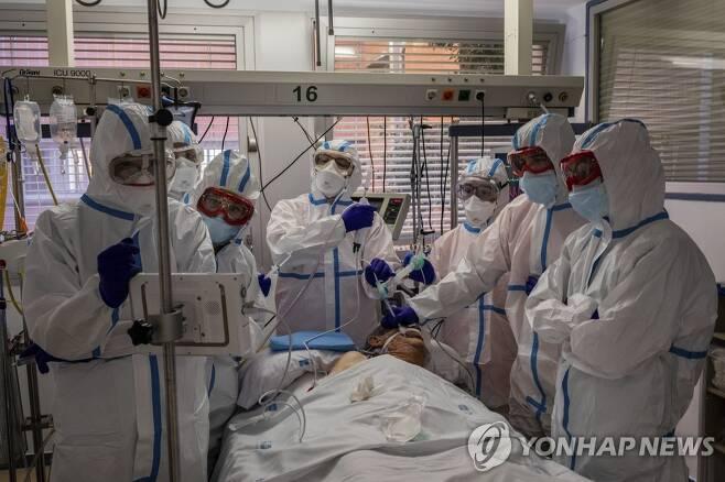 지난 9일 스페인의 한 병원에서 코로나19 환자가 중환자실에서 집중치료를 받고 있다. [AP=연합뉴스 자료사진]
