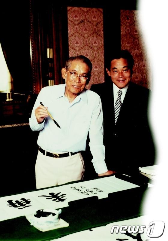 1980년 고(故) 이병철 선대 회장(왼쪽)과 함께 있는 이건희 삼성전자 회장. (삼성전자 제공)2020.10.25/뉴스1 © News1 김진 기자