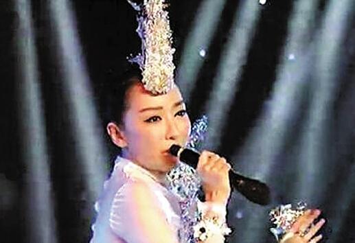 중국 여가수 사딩딩이 2016년 정월대보름 음악회에서 마이크를 거꾸로 잡은 채 립싱크로 노래하고 있다. 둥베이신원왕 캡처