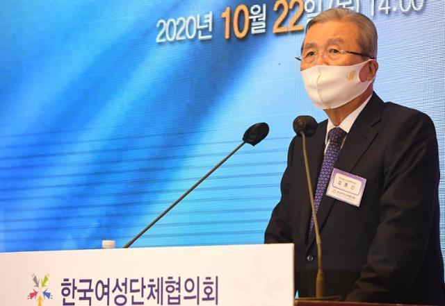 김종인 국민의힘 비상대책위원장이 22일 오후 서울 영등포구 여의도동 CCMM 빌딩에서 열린 제55회 전국여성대회 기념식에서 축사를 하고 있다. 뉴시스