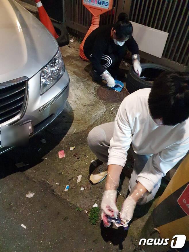 24일 오후 광주 북구 전남대학교 앞 한 골목길에서 쓰레기 줍기 모임 '수줍이' 학생들이 청소하고 있다. (독자 제공) 2020.10.25/ 뉴스1 © News1