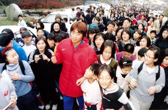 움직일 때마다 팬들에게 둘러싸여 있던 1990년대 이동국. 한국일보 자료사진