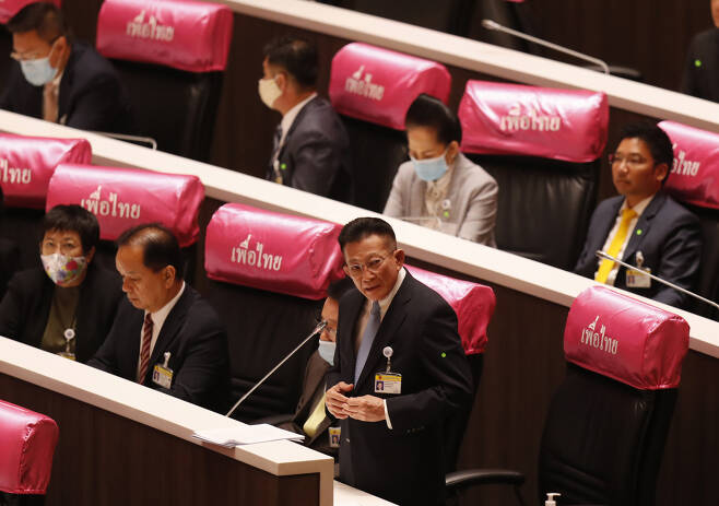 """최대 규모 야당인 탁신 친나왓 전 총리 계열의 프아타이당 솜퐁 아몬위왓 대표가 26일 개최된 태국 의회 특별 회기에서 """"쁘라윳 총리는 나라의 큰 장애물이자 부담""""이라며 """"사퇴하면 모든 일이 잘 마무리될 것""""이라고 말하고 있다. [AP]"""