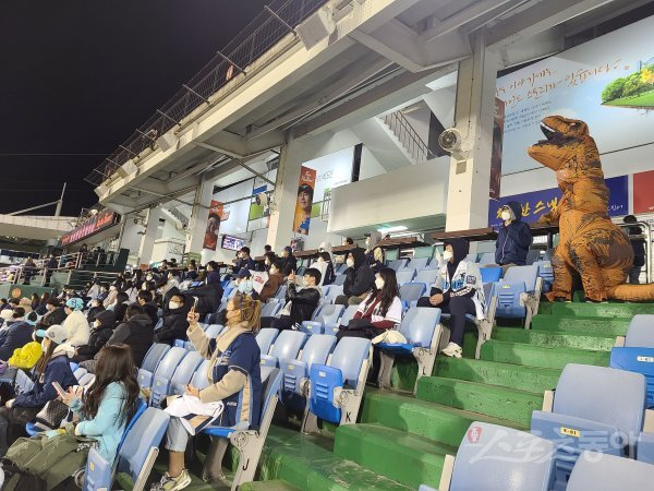 NC 팬들의 우승 직관 레이스 열기는 광주, 대전에서도 뜨거웠다. 23일 대전 한화전에서도 3루측 관중석을 채운 NC 팬. 최익래 기자 ing17@donga.com