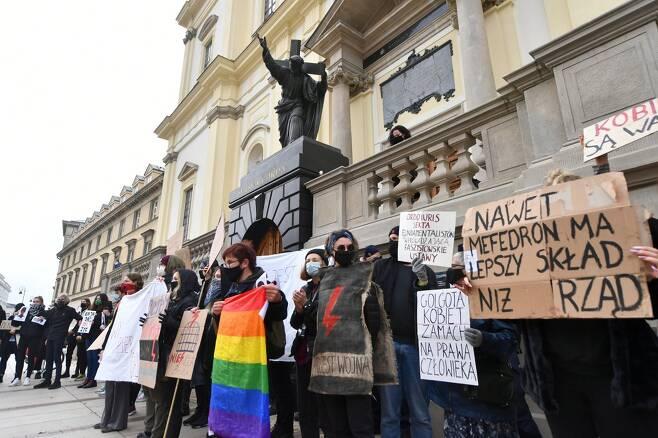 25일(현지시간) 바르샤바 홀리 크로스 성당 앞에서 집회하고 있는 시위대 모습 [EPA=연합뉴스]