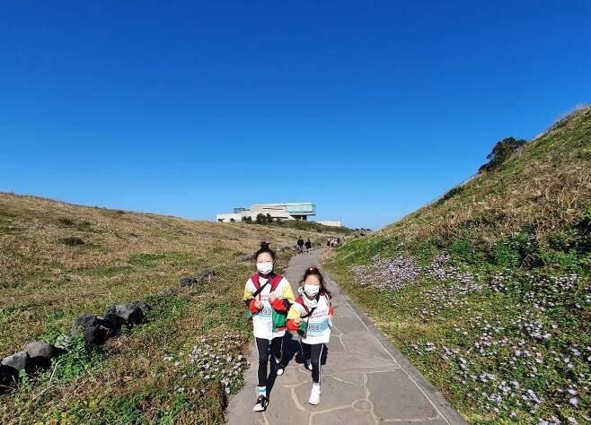 제주도의 중심에서 마라톤을 완주하다 2020 국제 어린이 마라톤에 참여한 문지영씨의 두 딸이 제주도 섭지코지에서 달리는 모습. [문지영 씨 제공]