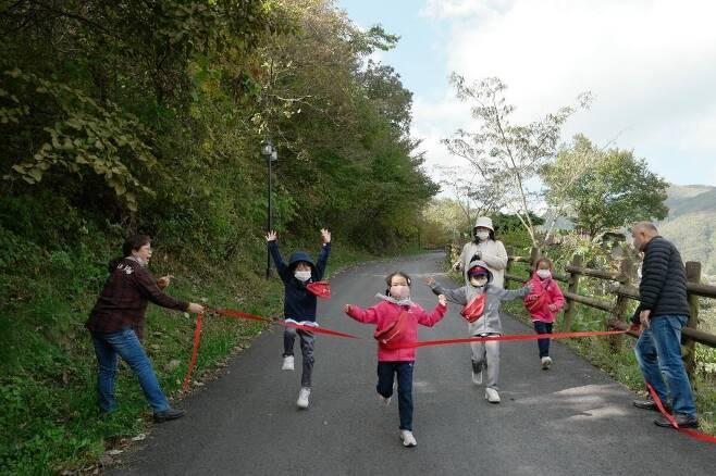 결승점 통과의 순간 능교초등학교 학생들이 '2020 국제 어린이 마라톤 대회'에 참여해 완주하는 모습. [이슬기 교사 제공]