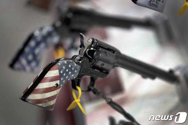 미국 인디애나주 인디애나폴리스에서 열린 전미총기협회(NRA) 전시회에 진열된 권총. © AFP=뉴스1