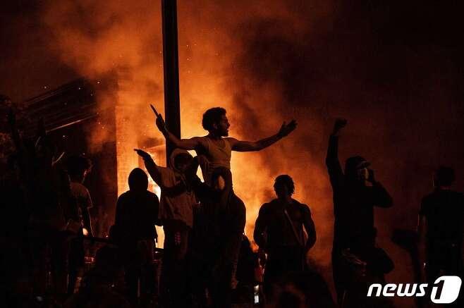 지난5월29일(현지시간) 미국 미네소타주 미니애폴리스시에서 시위대가 백인 경찰의 무릎에 눌여 숨진 비무장 흑인 남성 조지 플로이드의 죽음에 항의하고 있다. © AFP=뉴스1