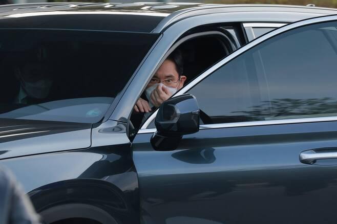 이재용 삼성전자 부회장이 25일 고(故) 이건희 삼성전자 회장의 빈소가 마련된 서울 삼성서울병원 장례식장까지 직접 차를 운전해서 자녀를 데리고 왔다. /박상훈 기자