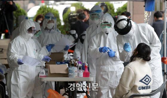 의료진이 코로나19 검체를 채취하고 있다. 경향신문 자료사진