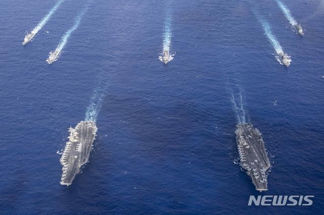[서울=뉴시스]미국 인도태평양사령부는 23일 필리핀해에서 진행한 핵추진 항공모함 시어도어루스벨트함(CVN-71)과 니미츠함(CVN-68)의 훈련 사진을 공개했다. (사진=미 국방부) 2020.06.24.   photo@newsis.com