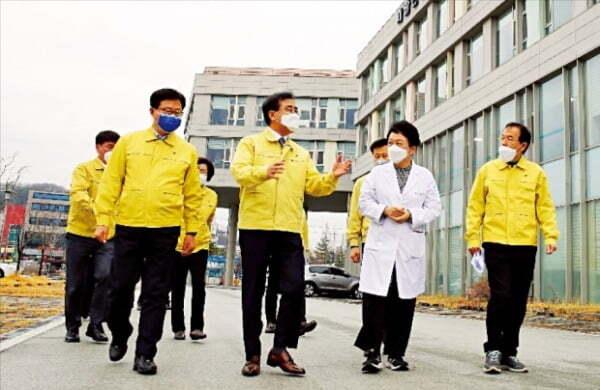 강순희 근로복지공단 이사장(앞줄 두 번째)은 지난 2월 취임하자마자 직영인 대구병원을 찾아 코로나19 대응상황을 점검했다.  근로복지공단  제공
