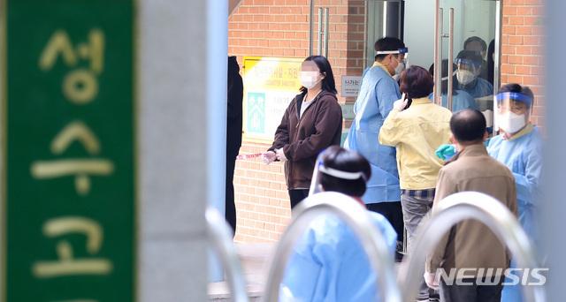 [서울=뉴시스] 이영환 기자 = 성수고등학교 학생들이 27일 오전 서울 성동구 성수고등학교에 마련된 선별진료소에서 신종 코로나바이러스 감염증(코로나19) 검사를 받고 있다. 성동구는 성수고 3학년 학생이 26일 확진판정을 받아 학생 및 교직원을 대상으로 코로나19 검사를 진행한다고 밝혔다. 2020.10.27. 20hwan@newsis.com