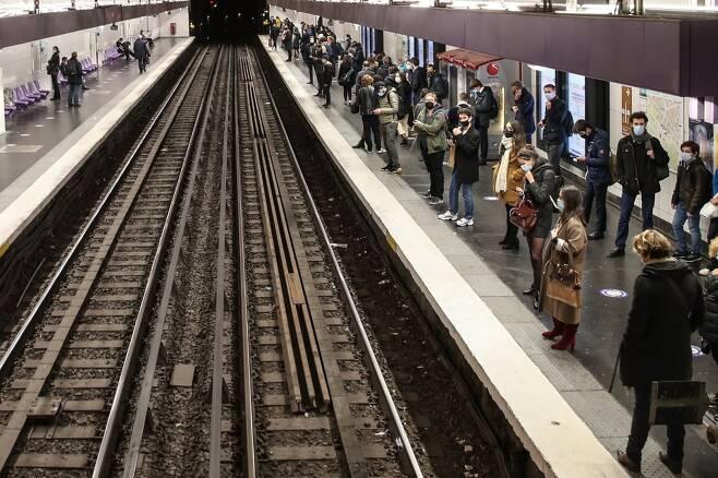지하철 기다리는 프랑스 시민들 [EPA=연합뉴스]