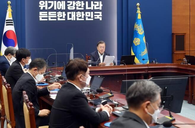 문재인 대통령이 26일 오후 청와대 여민관에서 열린 수석·보좌관회의에 참석해 발언하고 있다. /뉴시스
