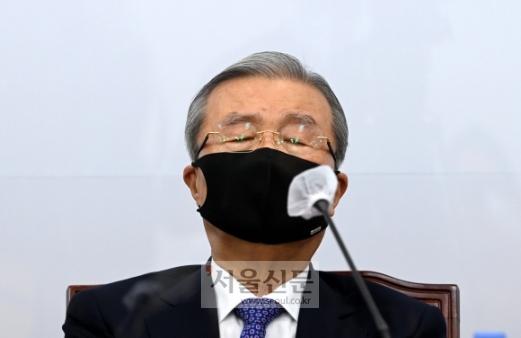 19일 오전 국회에서 열린 국민의힘 비상대책위원회의에서 김종인 비대위원장이 모두 발언후 생각에 잠겨 있다. 2020. 10. 19 김명국 선임기자 daunso@seoul.co.kr