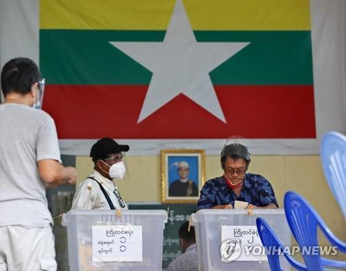 60세 이상 유권자를 대상으로 진행된 미얀마 총선 사전투표. 2020.10.29 [EPA=연합뉴스]