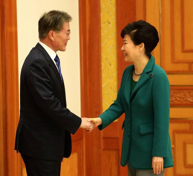 박근혜 전 대통령이 2015년 10월 청와대에서 열린 여야 지도부와 회동에 앞서 문재인 대통령(당시 새정치민주연합 대표)과 악수하고 있다. /뉴시스