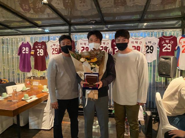 29일 키움 선수들이 마련한 은퇴식을 치른 이택근(가운데)이 박병호(오른쪽), 김상수와 기념 촬영을 하고 있다. 키움 선수단 제공