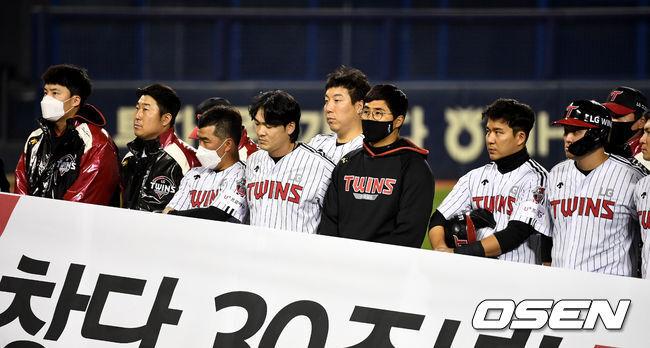 [OSEN=잠실, 최규한 기자] 홈 최종전을 마친 LG 선수들이 도열해 팬들에게 인사를 준비하고 있다. / dreamer@osen.co.kr