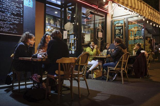29일(현지시간) 프랑스 파리의 한 술집 밖에서 사람들이 대화를 나누고 있다. 30일 자정을 기해 국가봉쇄령이 발령되면서, 번화가는 술집이 문을 닫기 전 마지막으로 유흥을 즐기려는 사람들로 북적였다./사진=AP 연합뉴스