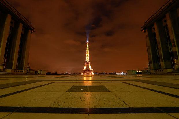 2차 국가봉쇄령 첫 날인 30일(현지시간) 새벽 프랑스 파리 에펠탑 앞이 한산하다./사진=로이터 연합뉴스