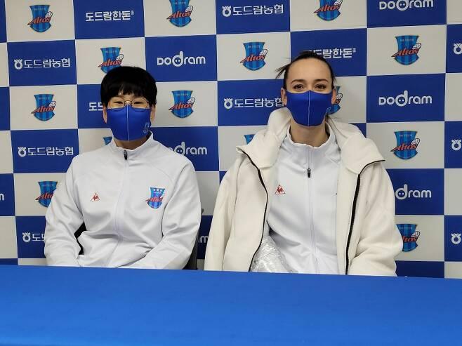 여자프로배구 IBK기업은행 신연경(왼쪽)과 안나 라자레바가 30일 경기 화성종합실내체육관에서 열린 현대건설전에서 승리한 뒤 수훈 선수로 선정돼 인터뷰에 임하고 있다. 화성 최영권 기자 story@seoul.co.kr