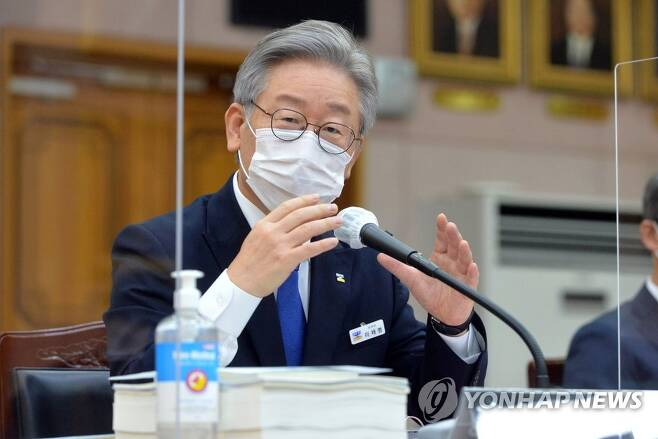 의원 질의에 답변하는 이재명 경기지사 [사진공동취재단]