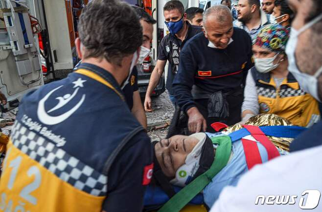 터키 서부 이즈미르에서 구조대원들이 지진으로 부상당한 시민들을 옮기고 있다. © AFP=뉴스1