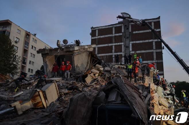 에게해 해상에서 발생한 규모 7 강진으로 터키 서부 이즈미르 지역에 건물 십수채가 무너져 구조 작업이 진행 중이다. © AFP=뉴스1
