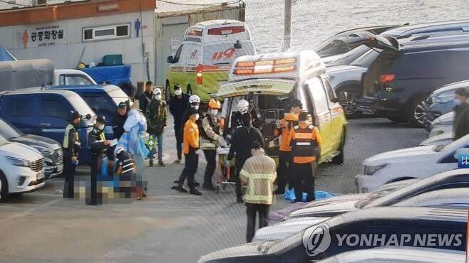 원산안면대교 교각 충돌 어선서 구조된 승선원 (태안=연합뉴스) 31일 오전 5시 40분께 충남 태안과 보령을 연결하는 원산안면대교 교각을 들이받은 낚싯배에서 해경과 119 구조대원이 승선원을 구조해 인근 병원으로 이송하고 있다. 이 사고로 3명이 숨지고 19명이 부상을 당했다.  [태안해경 제공. 재판매 및 DB 금지] walden@yna.co.kr