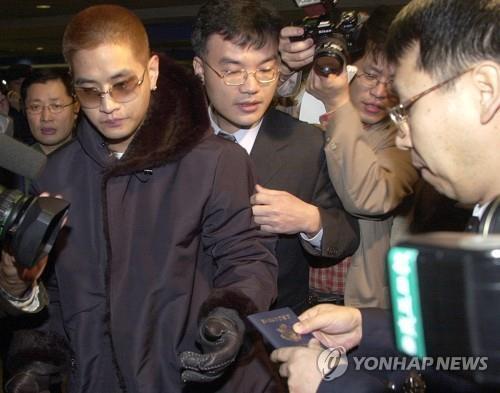 2002년 2월 2일 인천공항을 통해 입국한 유 씨가 미국 국적의 여권을 제시하며 입국을 시도하고 있는 모습. [연합뉴스 자료사진]
