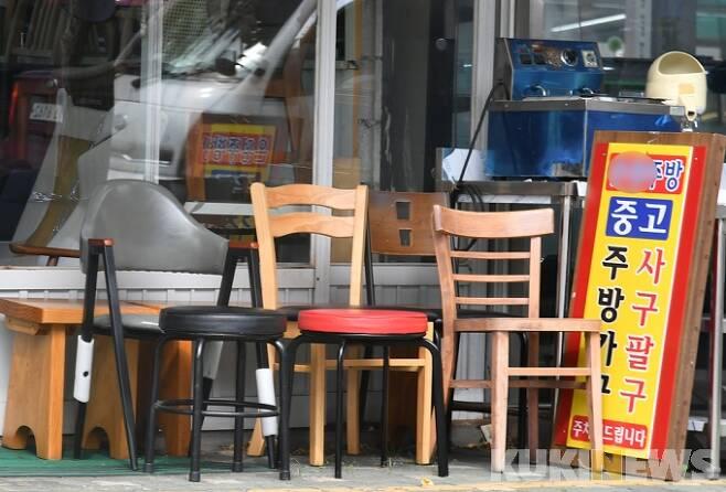 코로나19 사태로 자영업자의 폐업률이 늘고 있는 가운데 지난달 서울 황학동 주방거리에 중고 주방용품이 쌓여 있다. 박태현 기자 pth@kukinews.com