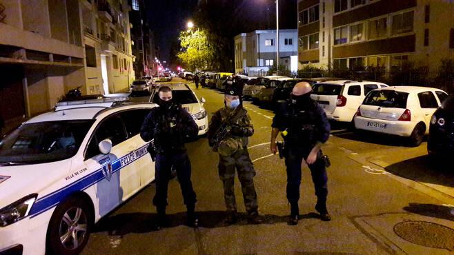 지난달 31일(현지시간) 총격 사건이 발생한 프랑스 리옹의 그리스정교회 근처에서 경찰들이 안전 거리를 확보하고 있다.[로이터]