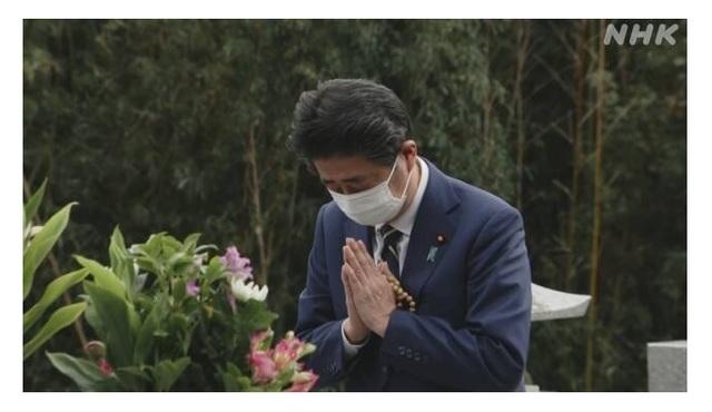 아베 신조(安倍晋三) 전 일본 총리가 1일 야마구치(山口)현 나가토(長門)시에 위치한 선친 아베 신타로(安倍晋太郎) 전 외무상 묘소를 참배하고 있다. (사진출처: NHK 홈페이지 캡쳐) 2020.11.02.