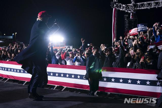 [히커리=AP/뉴시스]도널드 트럼프 미국 대통령이 1일(현지시간) 노스캐롤라이나 히커리 공항에서 유세 후 청중들을 향해 포즈를 취하고 있다. 2020.11.02.