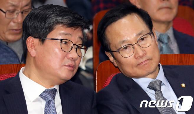 홍영표 더불어민주당 의원(사진 오른쪽)과 전해철 의원. © News1 김명섭 기자
