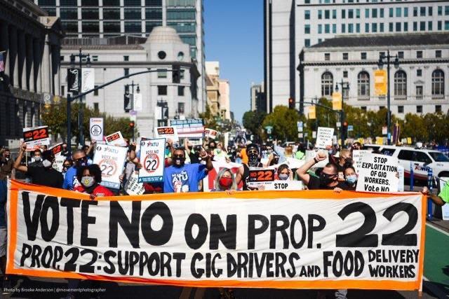 주민발의안 제22호에 반대하는 이들이 시위를 하고 있다. 긱워커스라이징 페이스북 갈무리