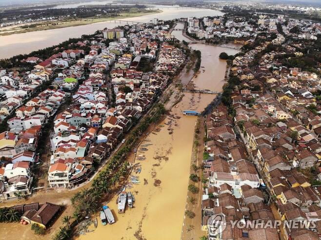 태풍 '몰라베'로 침수된 베트남 호이안 시내 [AFP=연합뉴스 자료 사진]