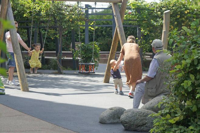 고령자와 어린이가 공존하는 사회는 다양한 이익을 창출한다. 런던의 한 공원. 사진 최이규 제공