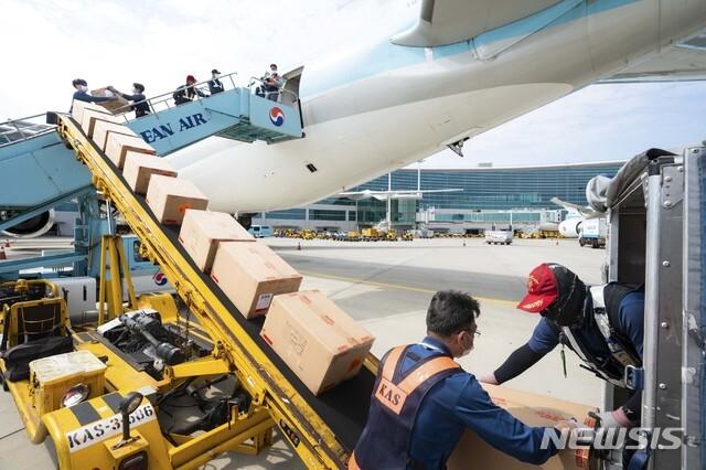 [서울=뉴시스]대한항공은 지난 8일 화물 수송을 위해 개조 작업을 완료한 보잉777-300ER 기종을 처음으로 화물 노선에 투입했다고 9일 밝혔다. 신종 코로나바이러스 감염증(코로나19) 이후 일부 외국 항공사들이 여객기를 개조해 화물을 수송하고 있지만 국내에서는 대한항공이 처음이다. 사진은 개조작업이 완료된 대한항공 보잉 777-300ER 내부에 화물을 적재하는 모습. (사진=대한항공 제공) 2020.09.09. photo@newsis.com