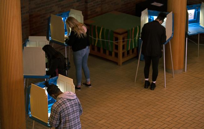미국 미네소타주의 최대도시 미니애폴리스, 아우크스부르크 대학에서 대학생 유권자들이 사전투표를 진행하고 있다. [GettyImage]