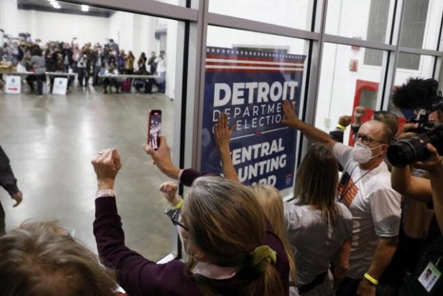 4일(현지시간) 트럼프 지지자들이 미시간주 디트로이트 개표소에 난입해 개표 중단을 요구하고 있다(사진=AFP)