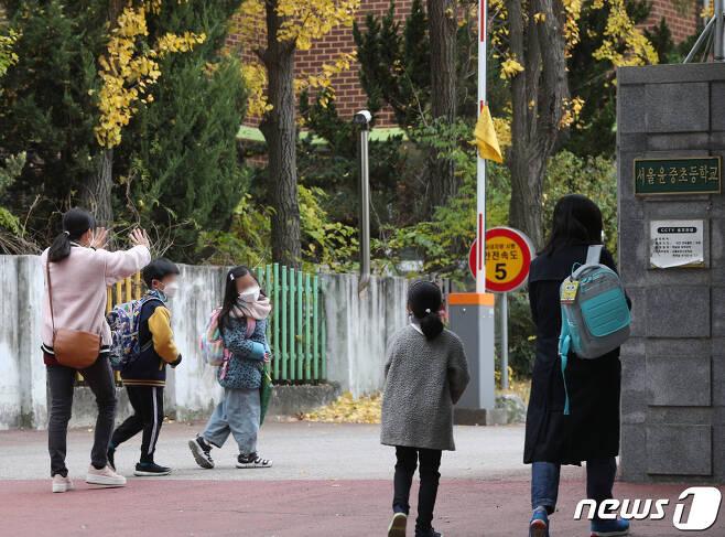 6일 오전 서울의 한 초등학교에서 어린이들이 등교하고 있다. 2020.11.6/뉴스1 © News1 신웅수 기자